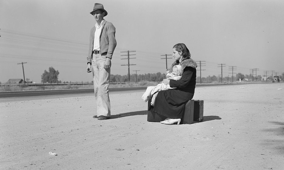 Young family, penniless, hitchhiking on U.S. Highway 99, California - Photo: Dorothea Lange, FSA, Library of Congress