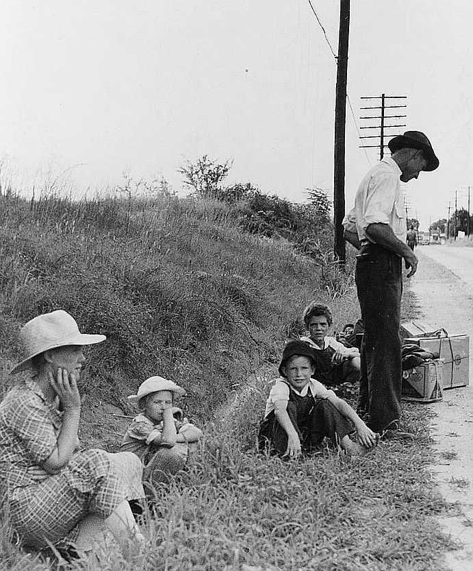 A hitchhiking family waiting along the highway in Macon, Georgia.  Photo: Dorothea Lange